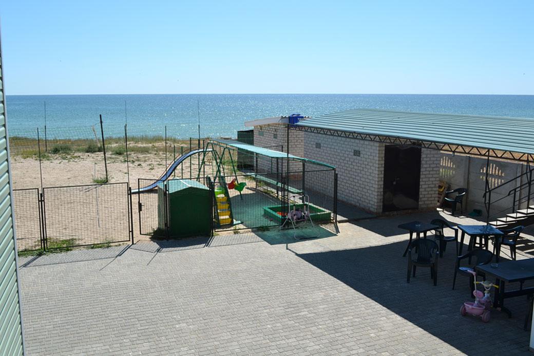 Вид со двора на море