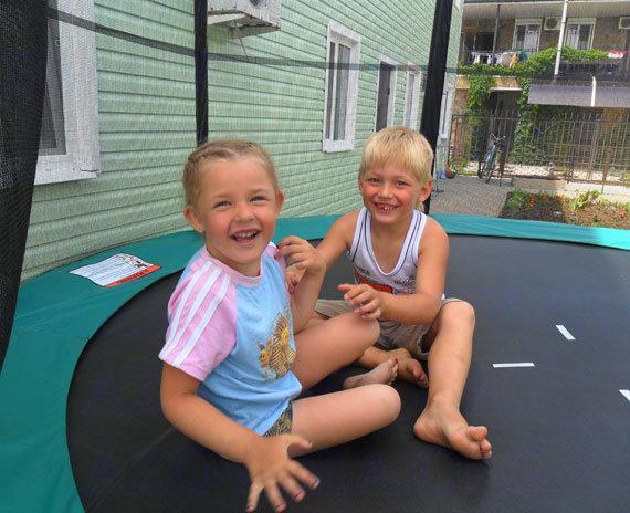 Радостные Дети на Батуте