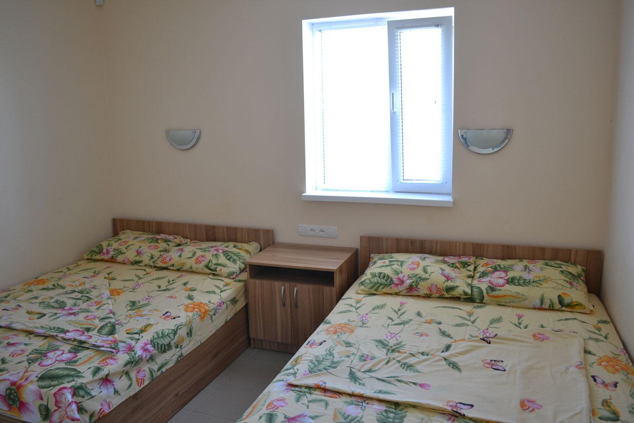 В первой комнате две двуспальные кровати