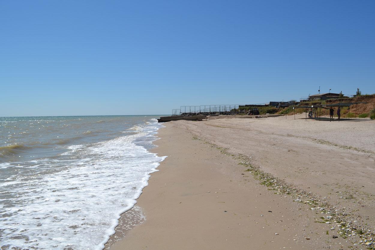 На пляже есть ограда