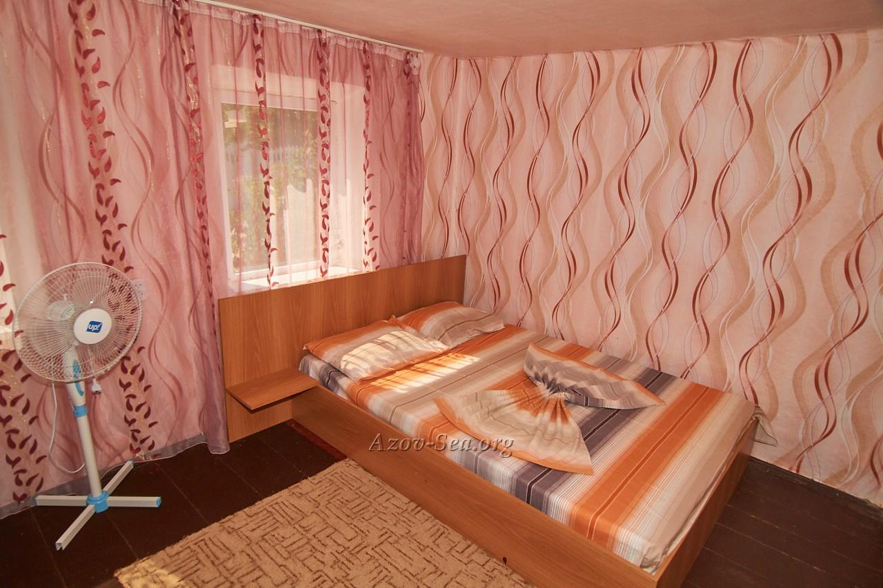 Гостевой дом ДНЕПР. Степановка Первая. Отдельный домик. Кровать.