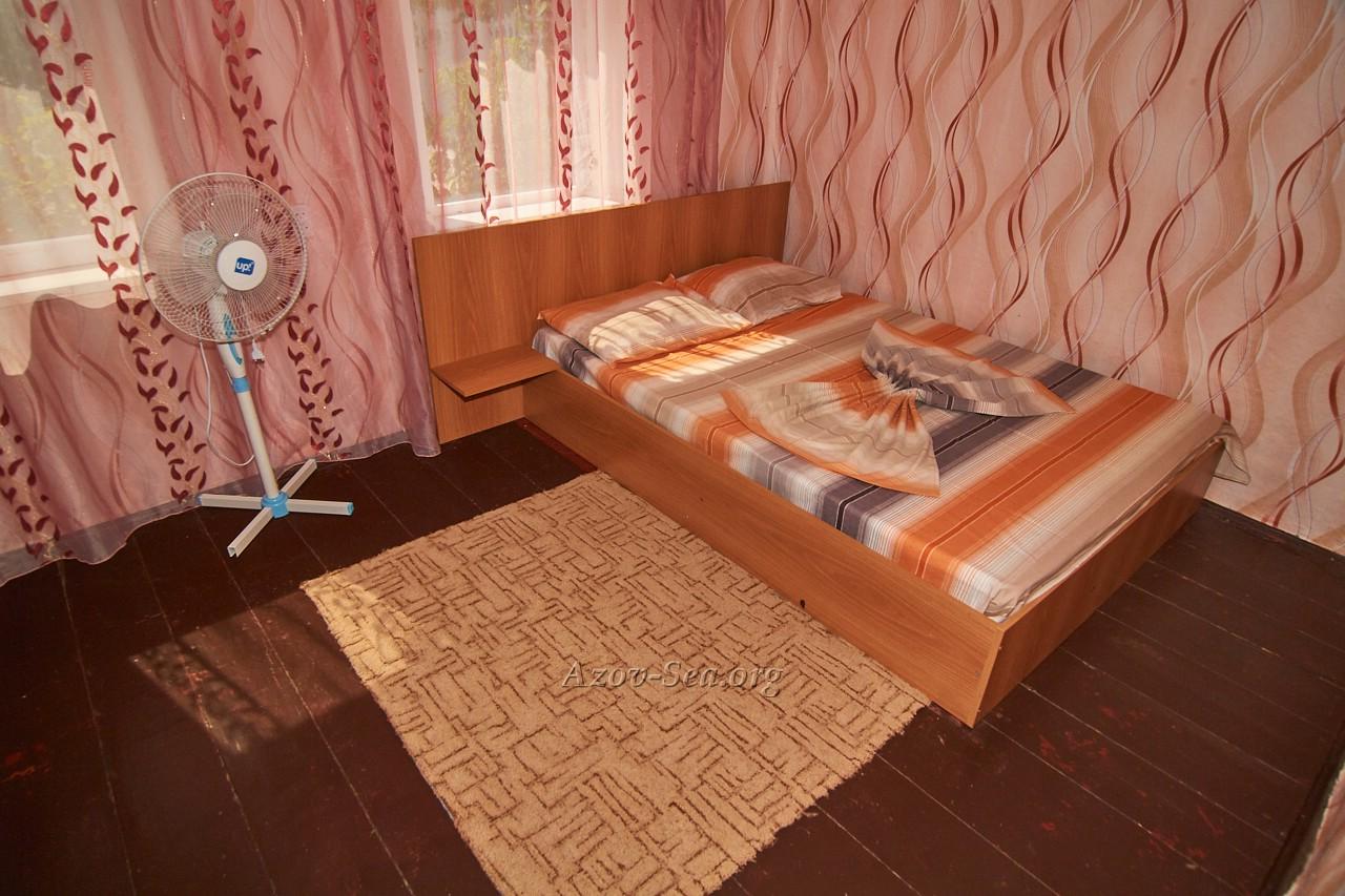 Гостевой дом ДНЕПР. Степановка Первая. Отдельный домик. Кровать и вентилятор.