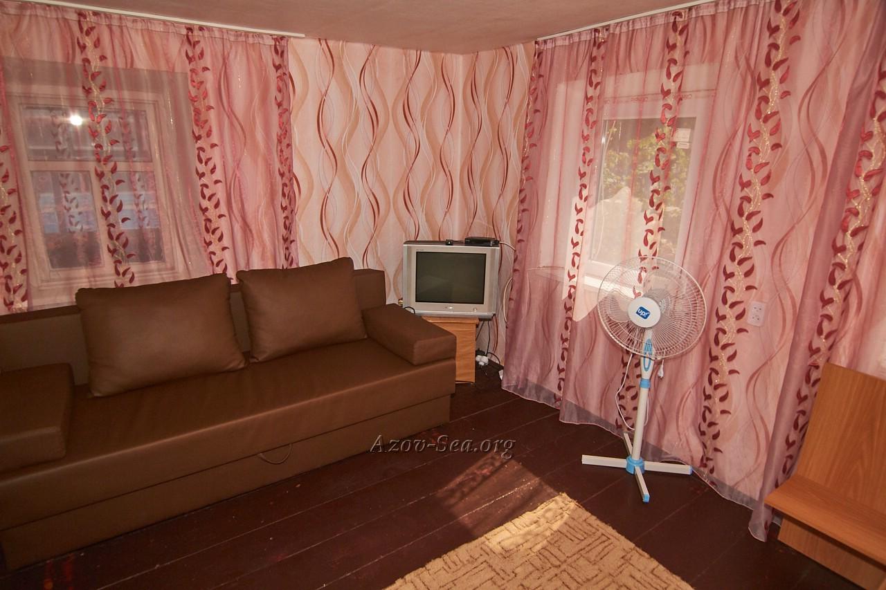 Гостевой дом ДНЕПР. Степановка Первая. Отдельный домик. Телевизор, вентилятор, диван.