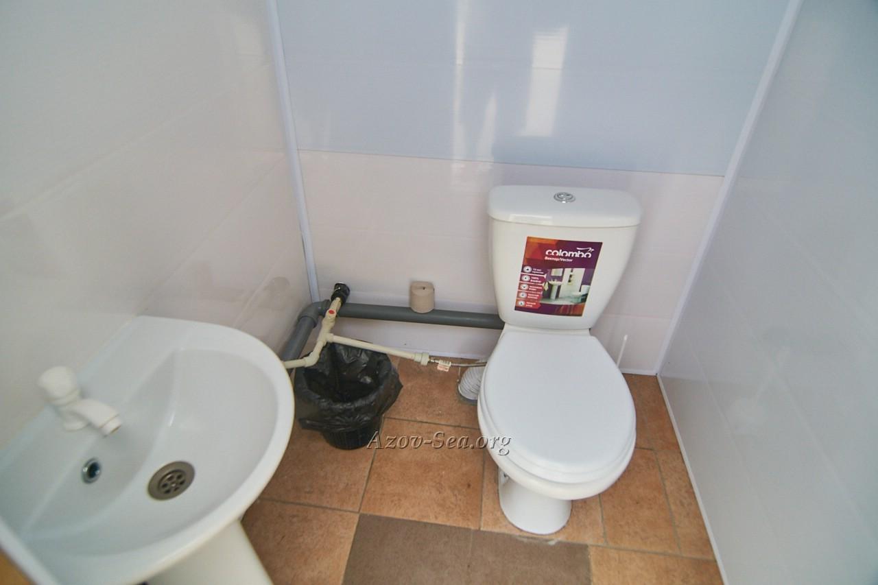 Туалет с умывальником. Гостевой дом ДНЕПР. Степановка Первая. Отдельный домик.