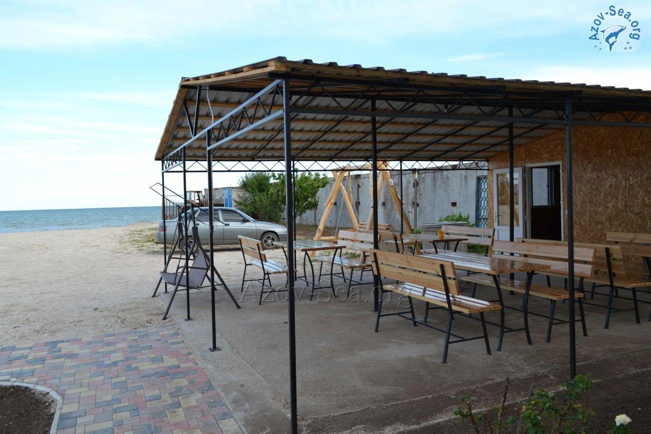Пансионат Афалина. Степановка-1. Кухня и терраса с деревянными столикам у пляжа