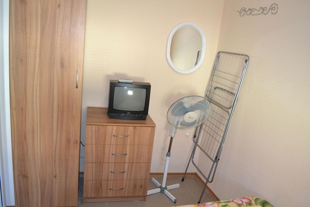 Телевизор и шкаф для вещей