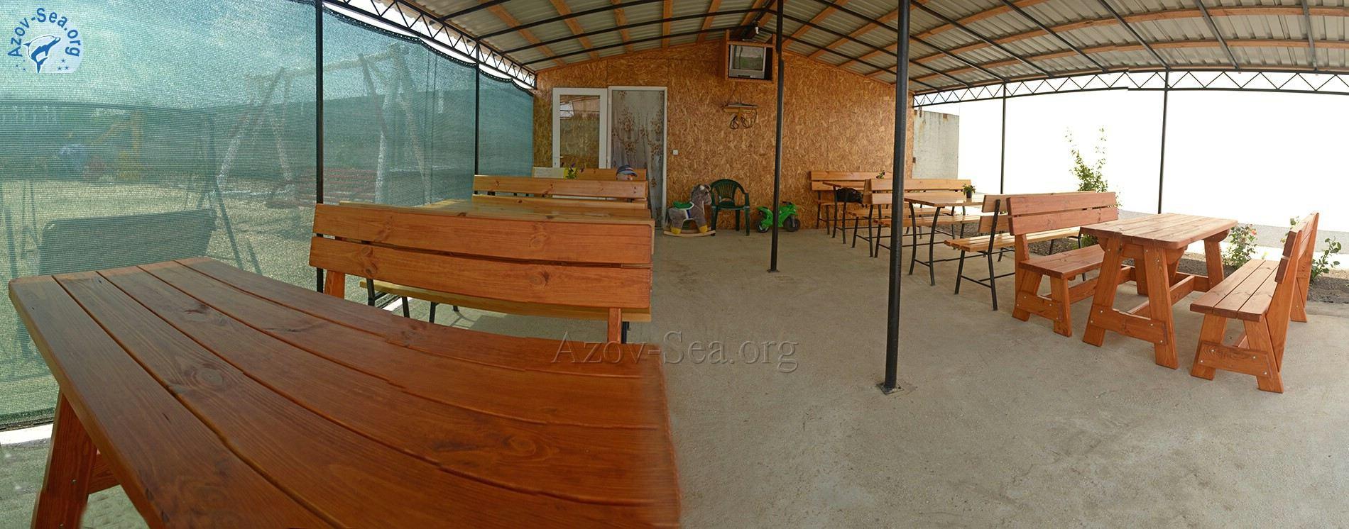 Пансионат Афалина, Общая кухня, Деревянные столики под навесом.